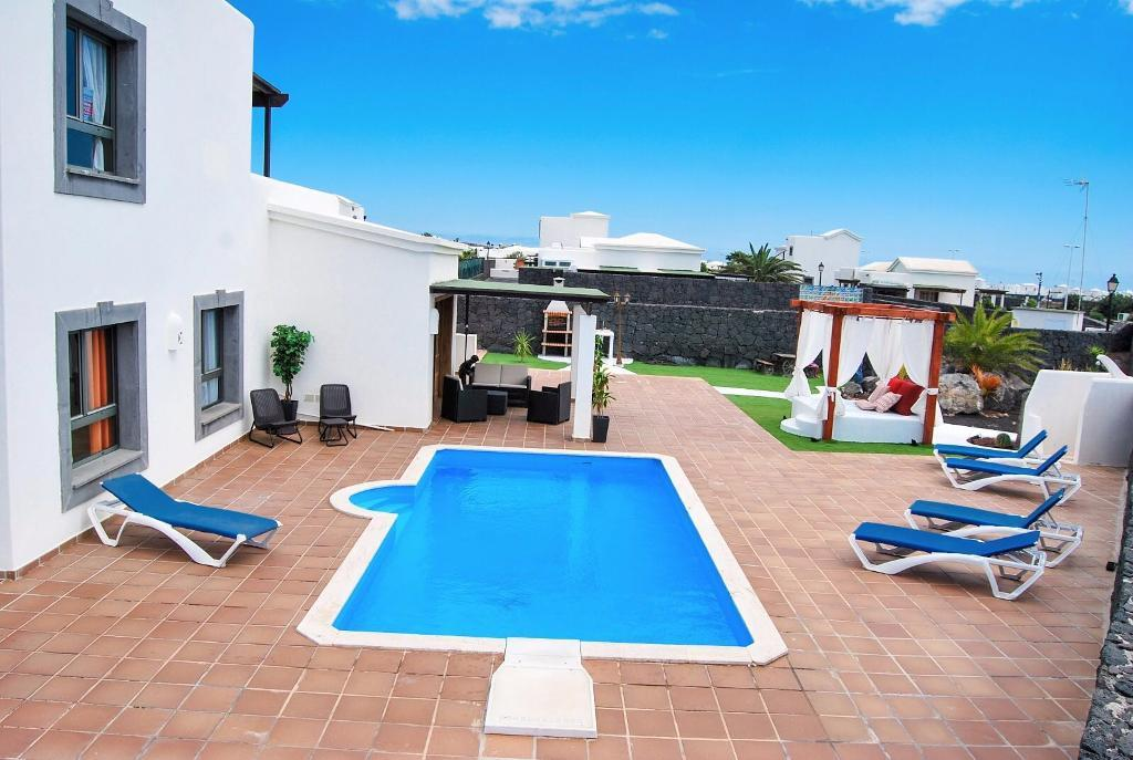 Luxurious 3 bed villa in gated complex